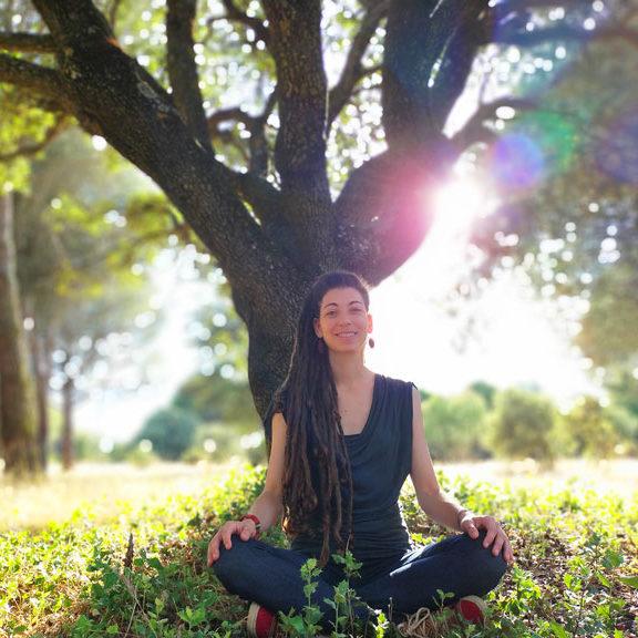 blanca martín sentada delante de un árbol al atardecer, apoyo emocional